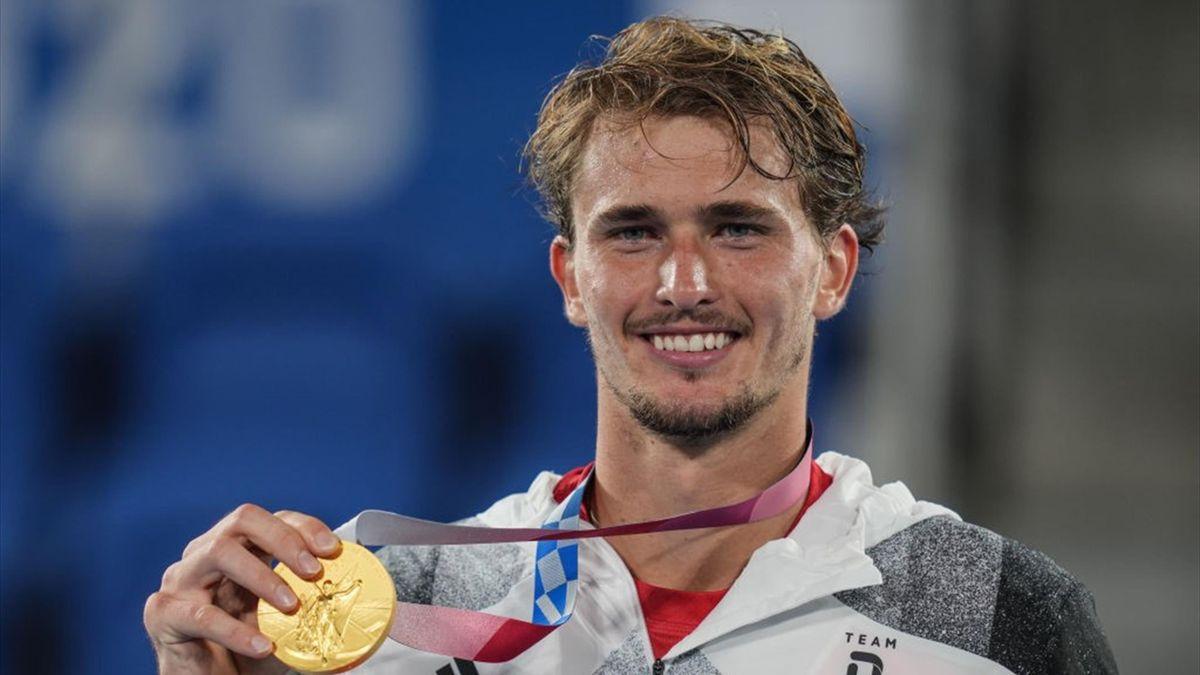 Alexander Zverev zeigt freudestrahlend seine Goldmedaille