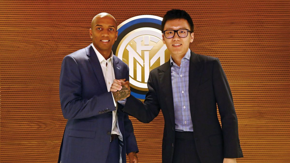 The new signing of FC Internazionale Milano Ashley Young shakes hands with FC Internazionale President Steven Zhang on January 17, 2020 in Milan, Italy