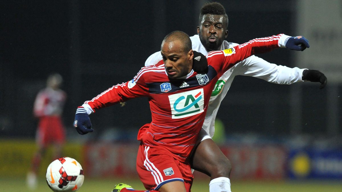 Jimmy Briand (L) vies with Yzeure's forward Jessy Madiadia, 2014