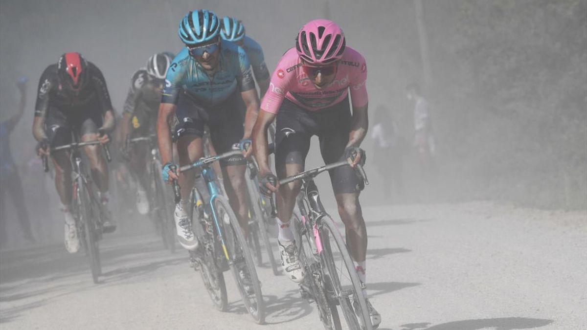 Egan Bernal attacco sullo sterrato inseguito da Gorka Izagirre - Giro d'Italia 2021