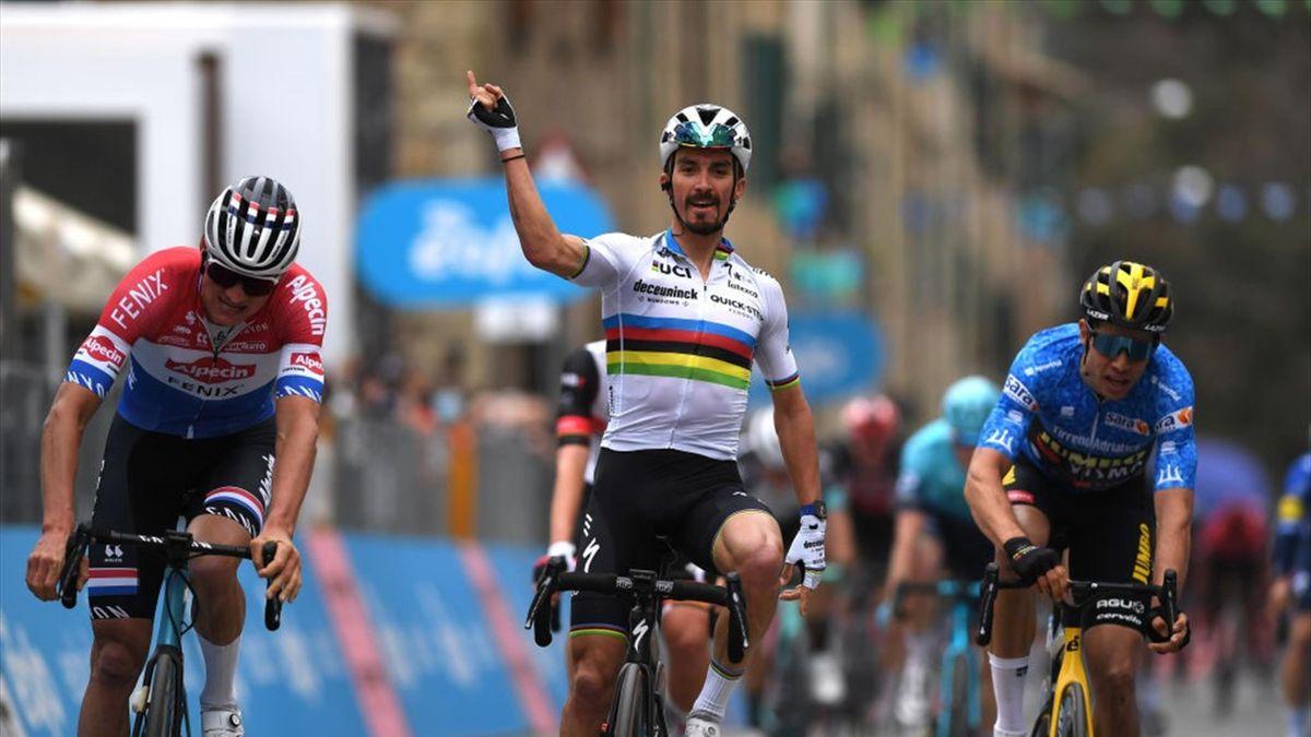 Weltmeister Julian Alaphilippe (Mitte) wird auch in den kommenden Jahren für Deceuninck-Quick-Step fahren