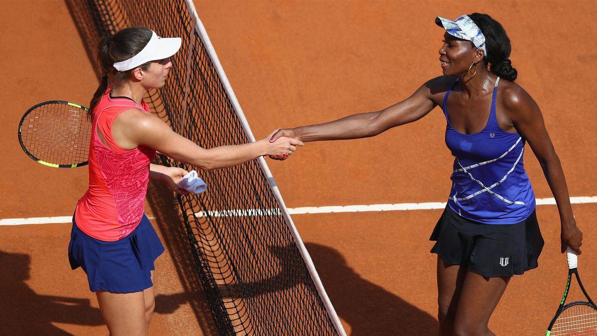 Venus Williams (R) shakes hands with Johanna Konta