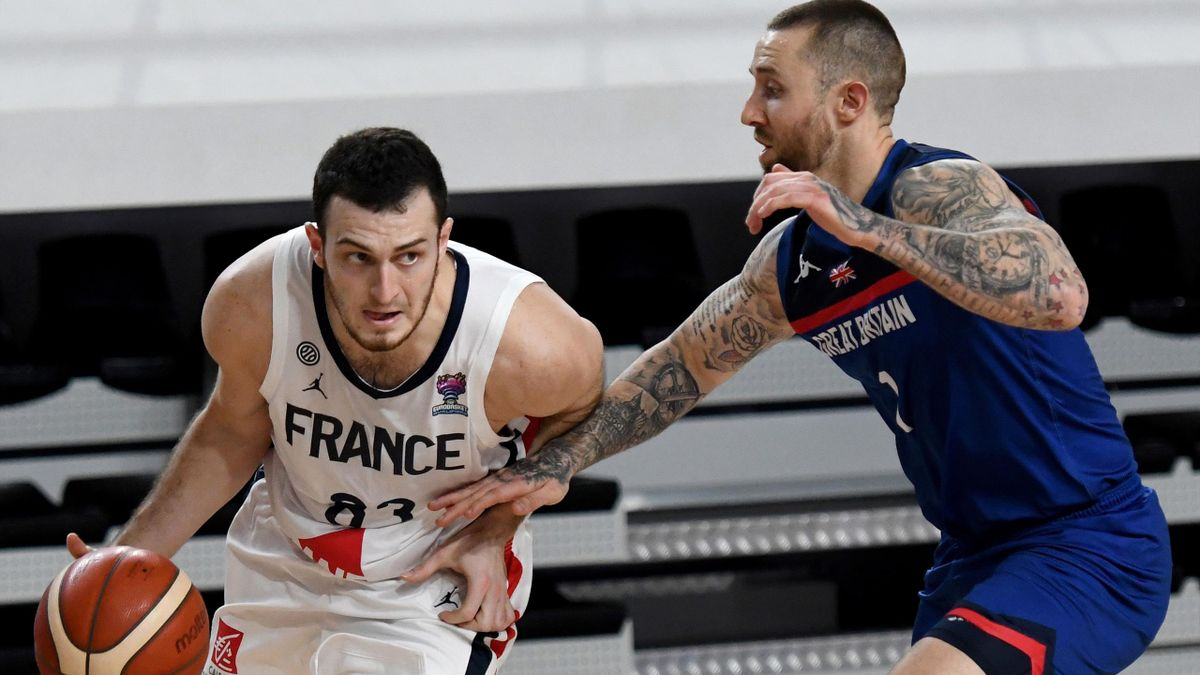 Ashley Hamilton et Axel Julien au duel lors de France-Grande Bretagne (basket)