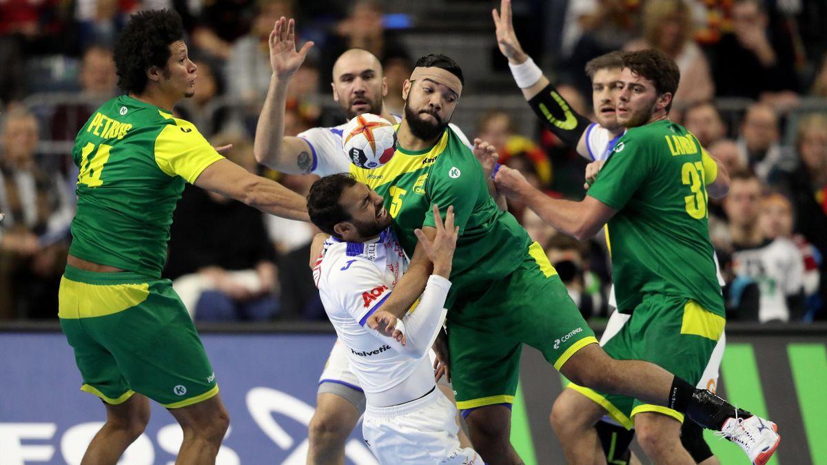 Un momento del partido del Mundial de balonmano entre España y Brasil