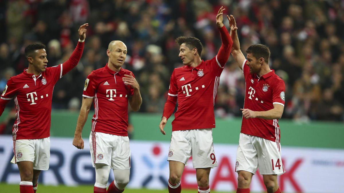 Bayern Munich's Robert Lewandowski (2nd R) celebrates his goal against Schalke 04 with Thiago, Arjen Robben and Xabi Alonso.