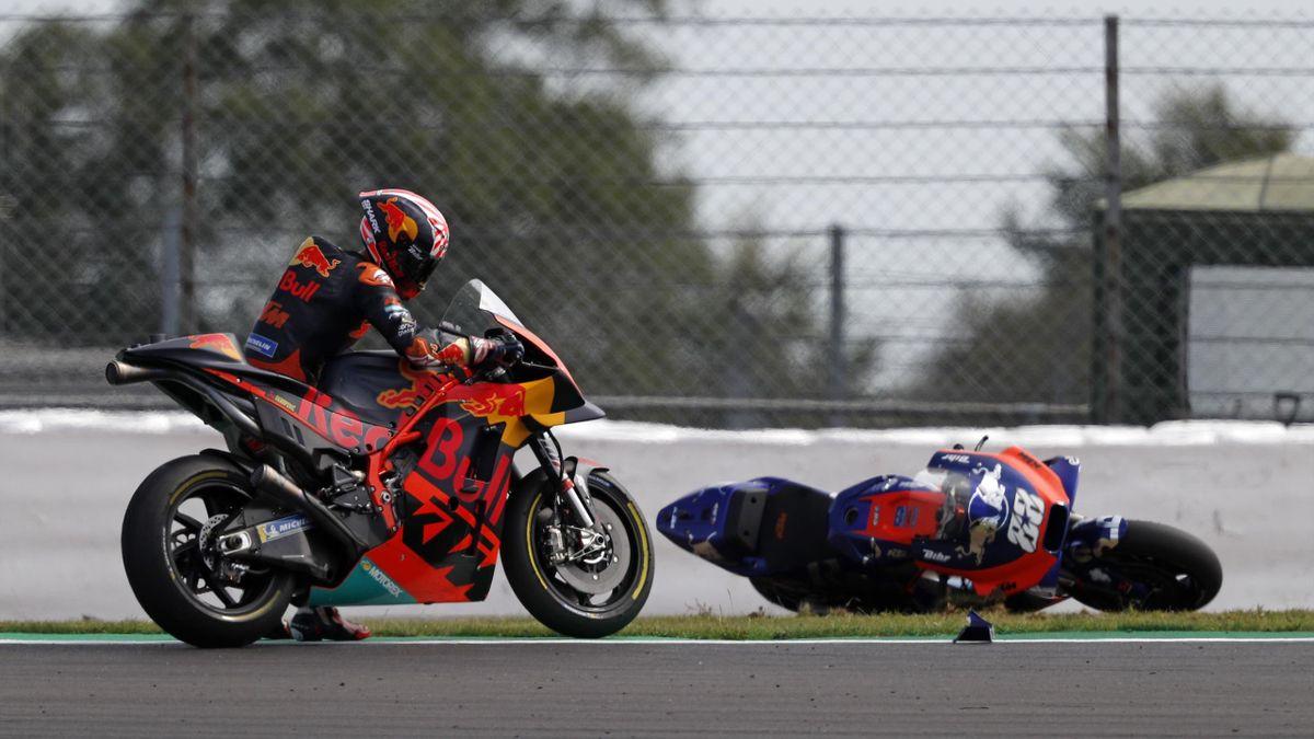 Johann Zarco (KTM) relève sa moto après sa chute au Grand Prix de Grande-Bretagne 2019