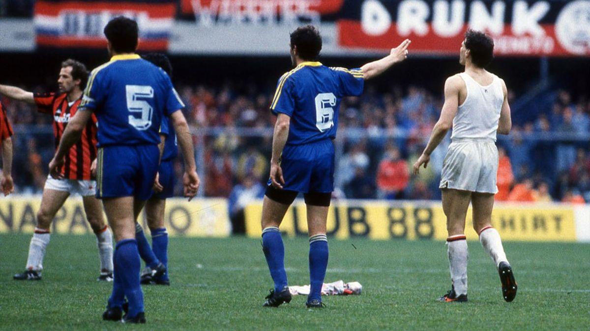Marco Van Basten, appena espulso, si toglie la magia e la getta a terra - Verona-Milan 22 aprile 1990
