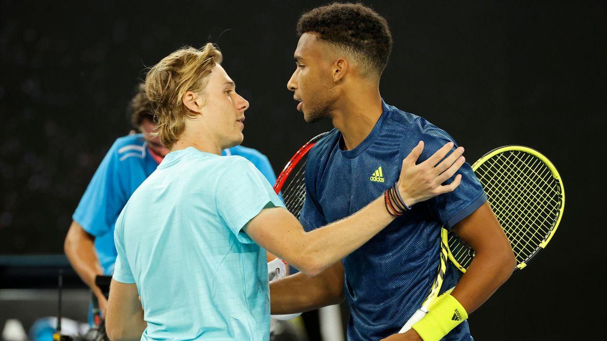 Felix Auger-Aliassime félicité par Denis Shapovalov après sa victoire au 3e tour de l'Open d'Australie, le 12 février 2021