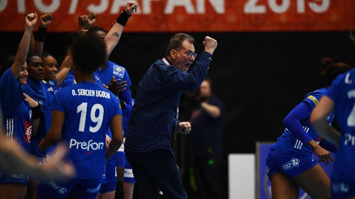 Olivier Krumbholz, le sélectionneur, et les joueuses de l'équipe de France.