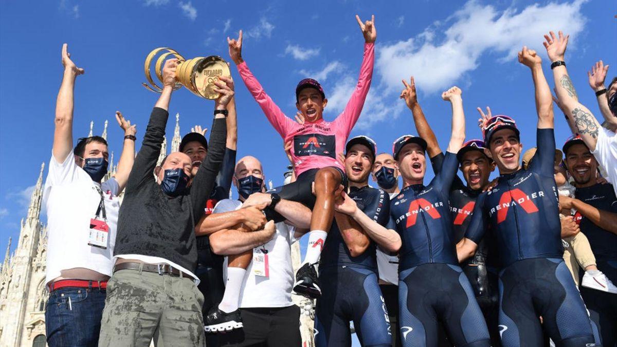 La Ineos Grenadiers festeggia sul podio di Milano dopo la vittoria di Egan Bernal - Giro d'Italia 2021