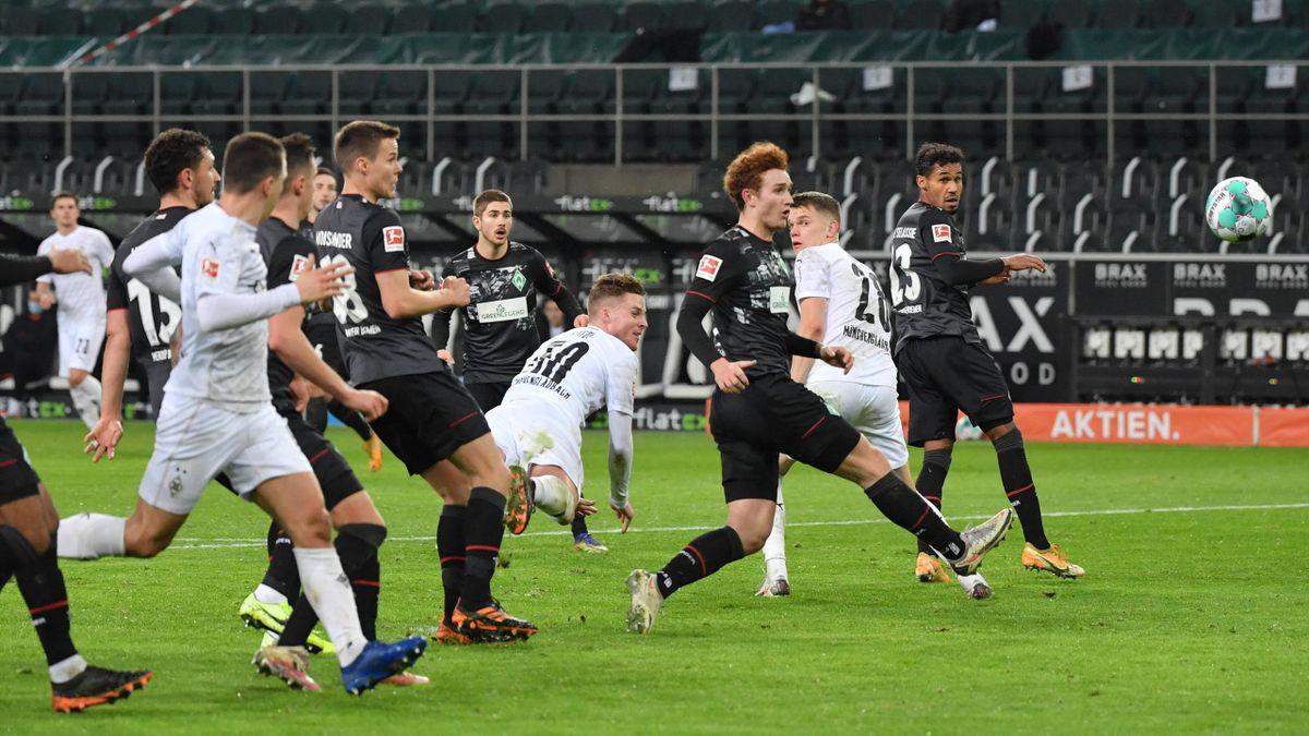 Nico Elvedi (Borussia Mönchengladbach) erzielt den Führungstreffer gegen Werder Bremen