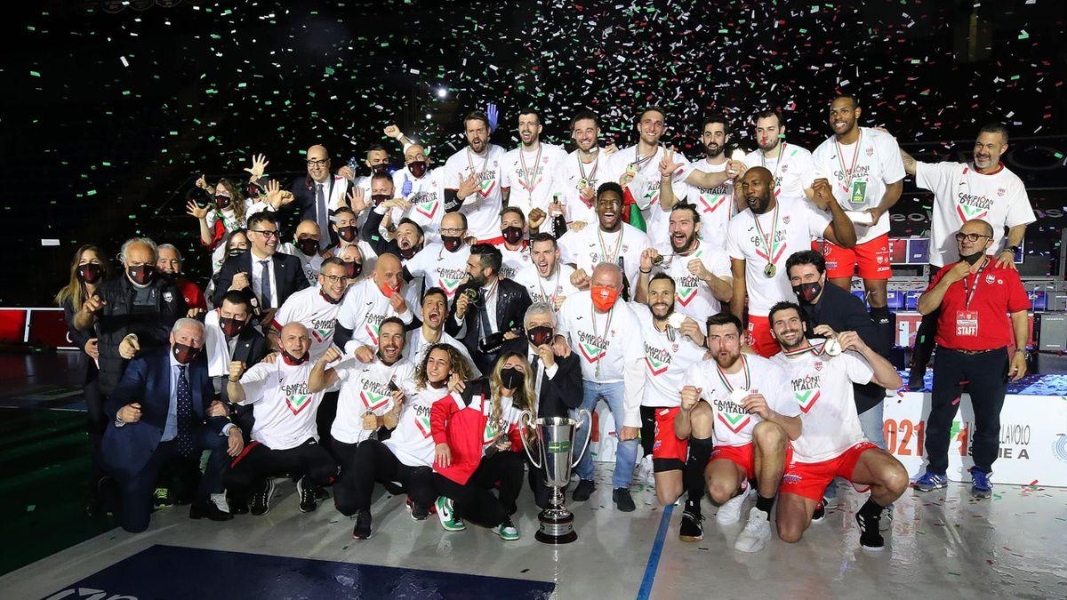 I giocatori della Lube Civitanova festeggiano la vittoria dello Scudetto dopo la gara contro Sir Conad Perugia - Superlega 2020/2021 - credit: facebook.com/LUBEVOLLEY