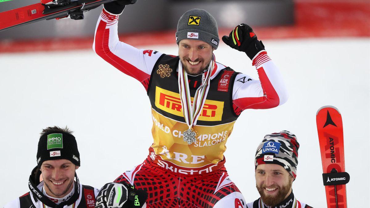 Marcel Hirscher, porté en triomphe par Michael Matt et Marco Schwarz à l'issue du slalom des Mondiaux d'Are, le 17 février 2019