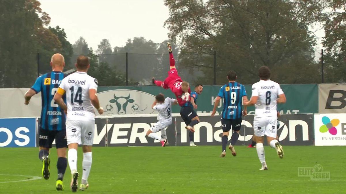 Viking-keeper Arild Østbø kaster seg over stopper Gianni Stensness og Stabæk-spiller Fitim Azemi. Like etter scorer Azemi for hjemmelaget.