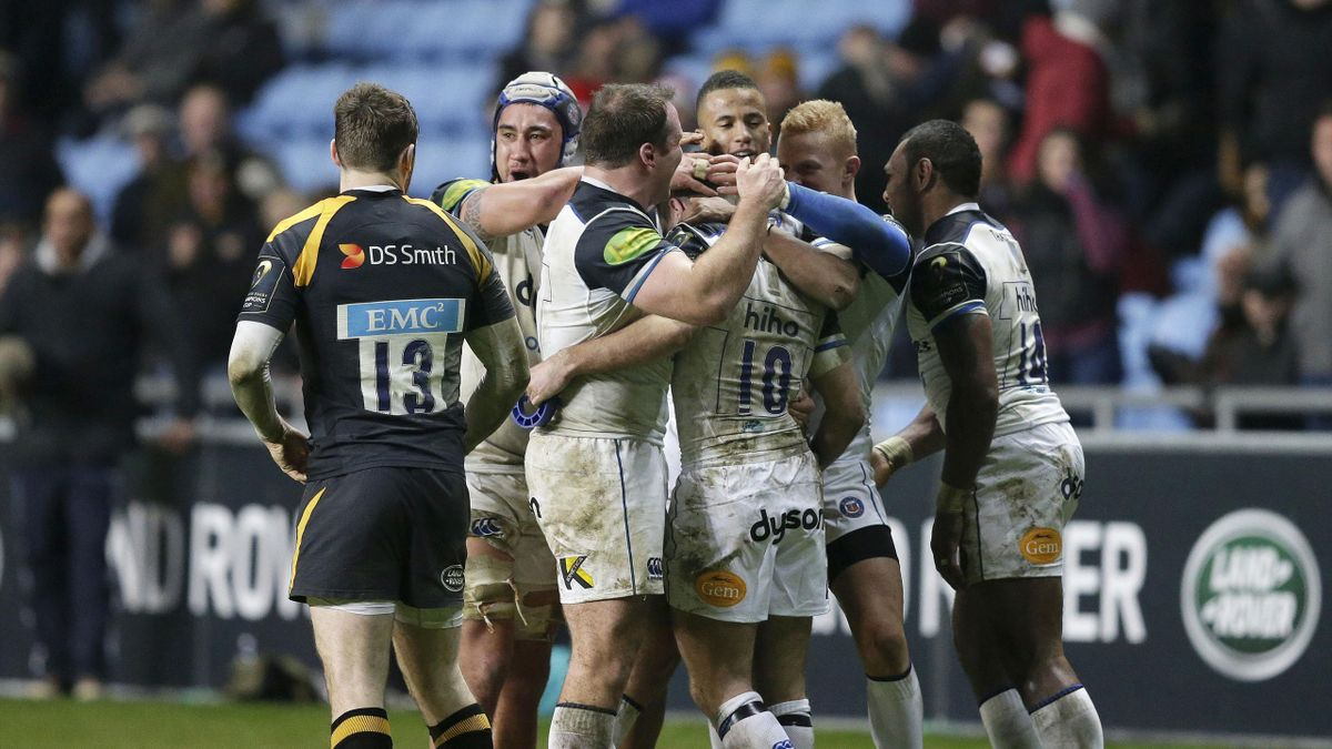 Bath players congratulate George Ford
