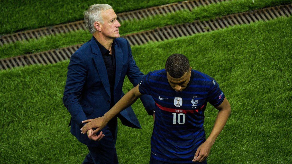 Didier Deschamps et Kylian Mbappé après la séance de tirs au but perdue par l'équipe de France face à la Suisse, le 28 juin 2021