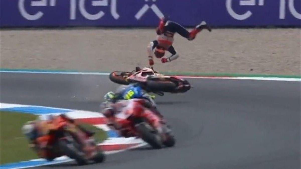 La caduta di Marc Marquez ad Assen - Foto profilo Twitter ufficiale MotoGP