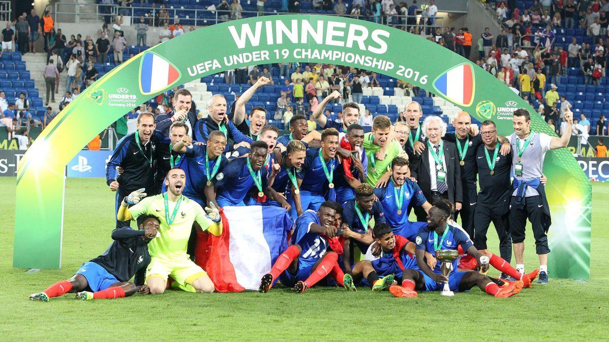 Les Bleuets avec le trophée de champion d'Europe U19