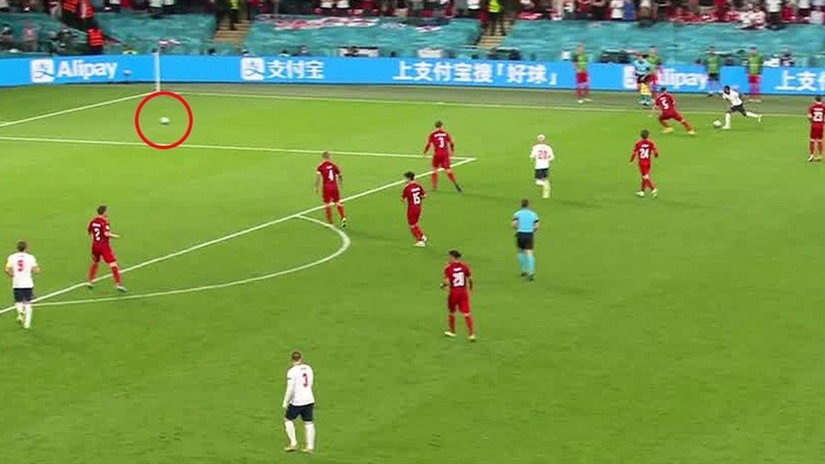 Два мяча на поле перед пенальти Рахима Стерлинга, Англия – Дания, Евро-2020