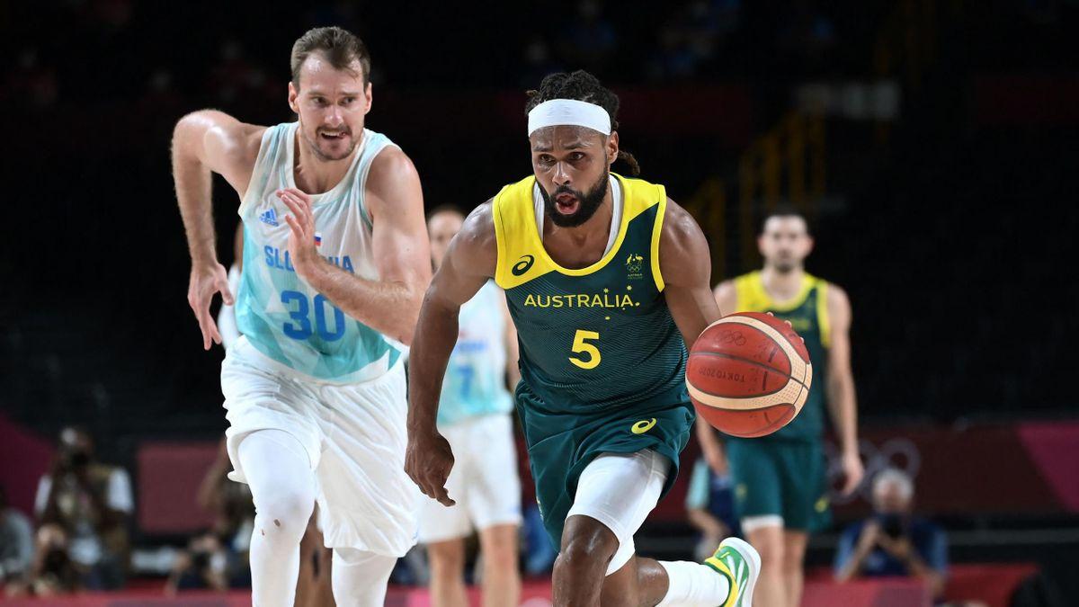 Patty Mills in azione contro Zoran Dragic nella finale per il 3°-4° delle Olimpiadi di Tokyo 2020 tra Australia e Slovenia