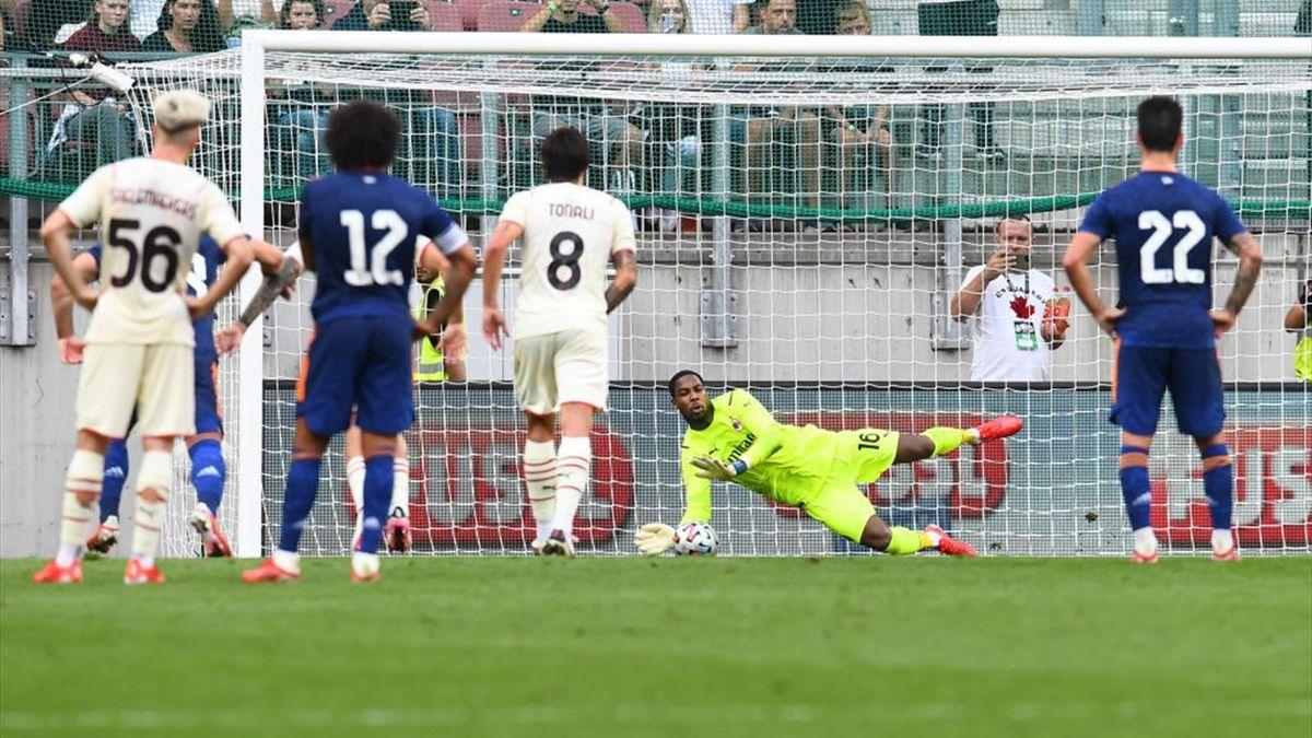 Maignan pare un rigore a Gareth Bale durante l'amichevole Real Madrid-Milan
