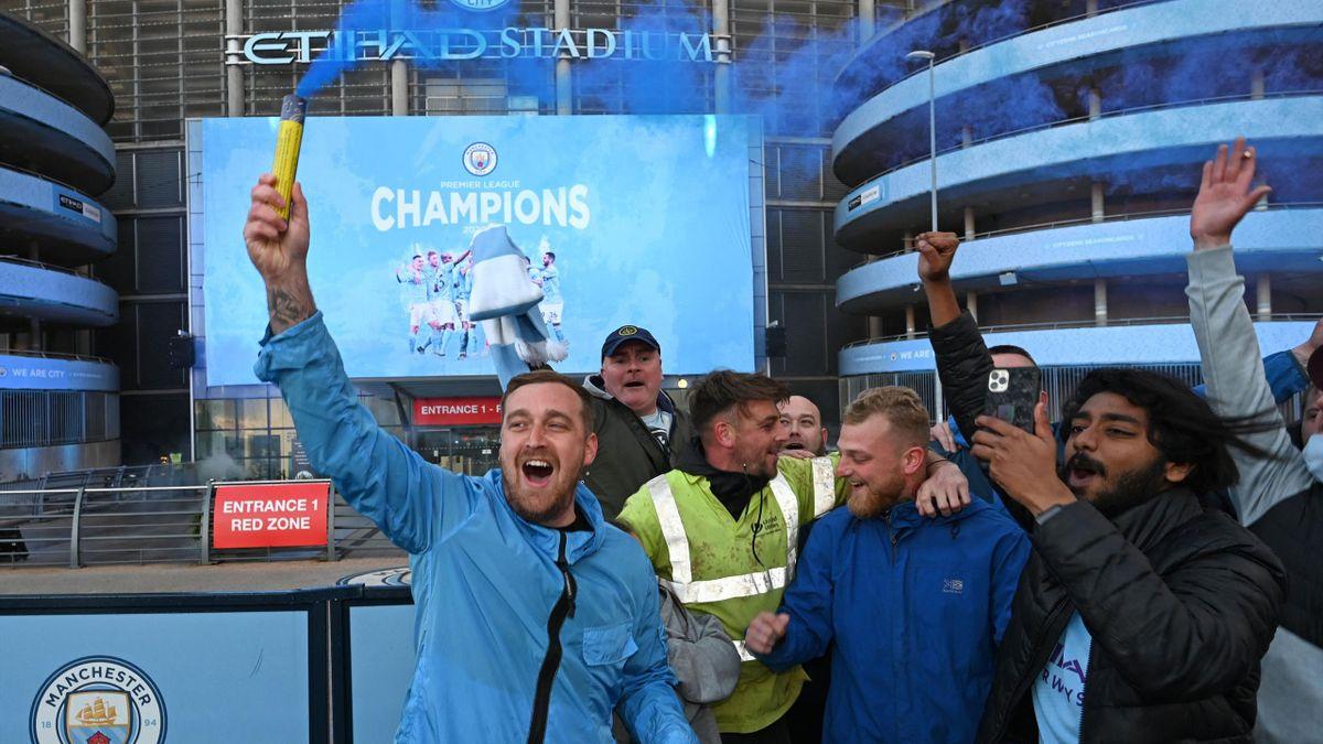 Suporterii lui Manchester City, sărbătorind al 7-lea titlu din istoria echipei