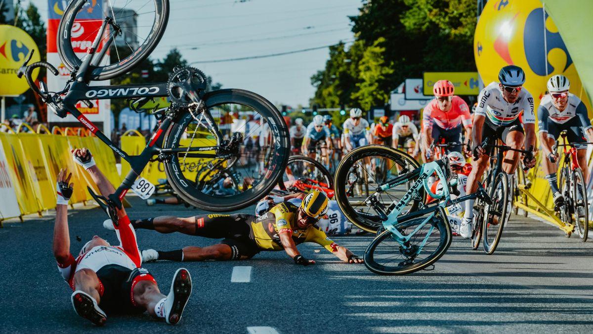 Dylan Groenewegen (mitte, in gelb) verursachte bei der Polen-Rundfahrt einen schweren Massensturz