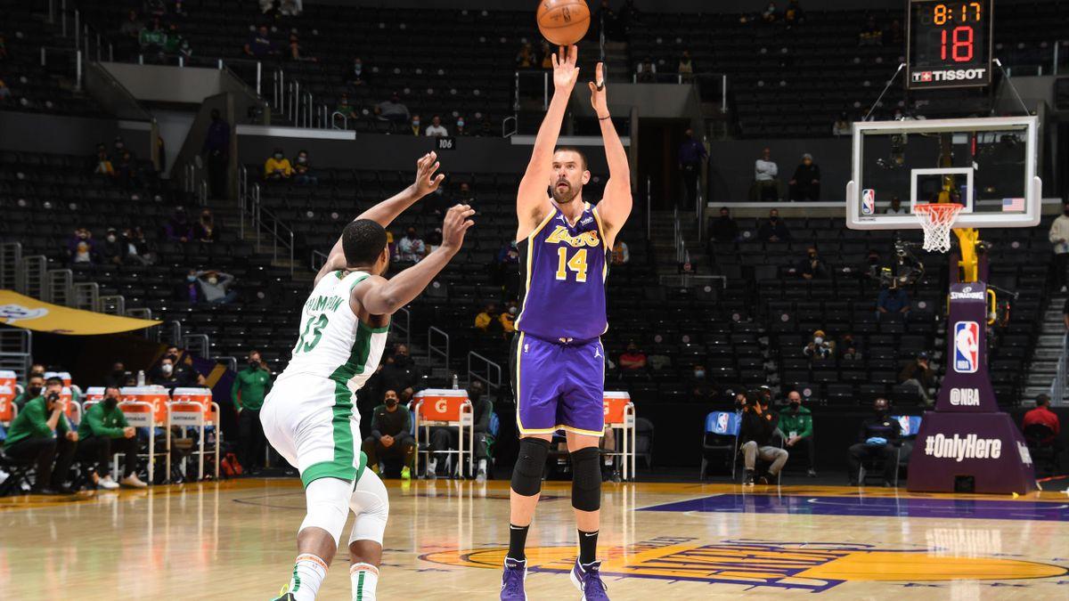 Marc Gasol lanza a canasta durante el Lakers-Celtics que jugó con el dedo meñique dislocado