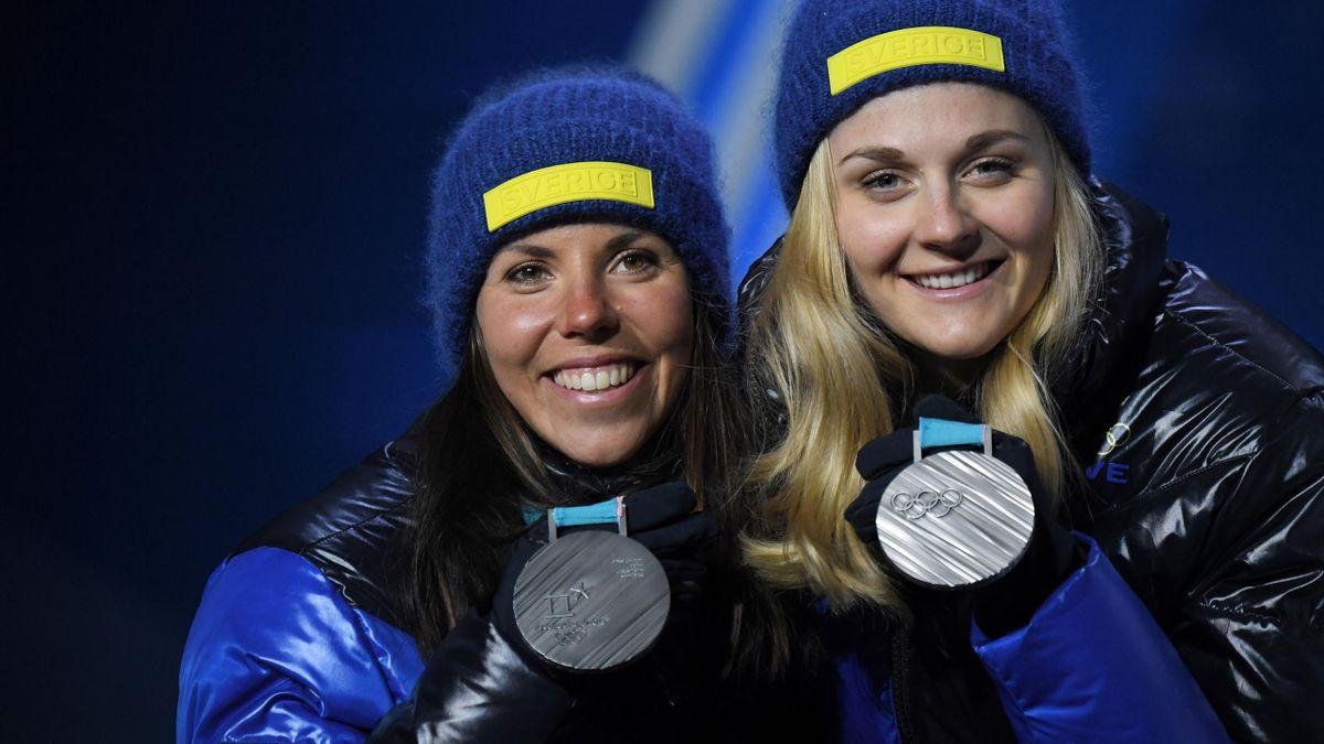 Charlotte Kalla och Stina Nilsson tar emot sina sprintstafett-silver
