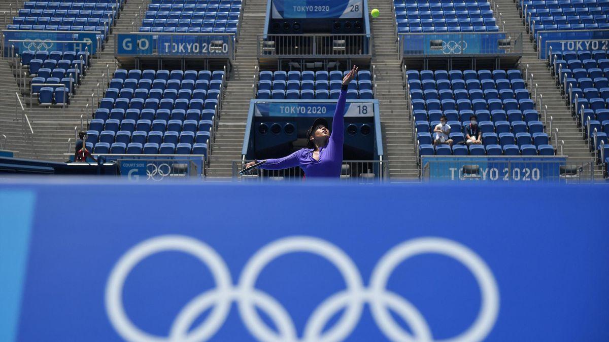 Naomi Osaka traint voor lege tribunes in Tokio