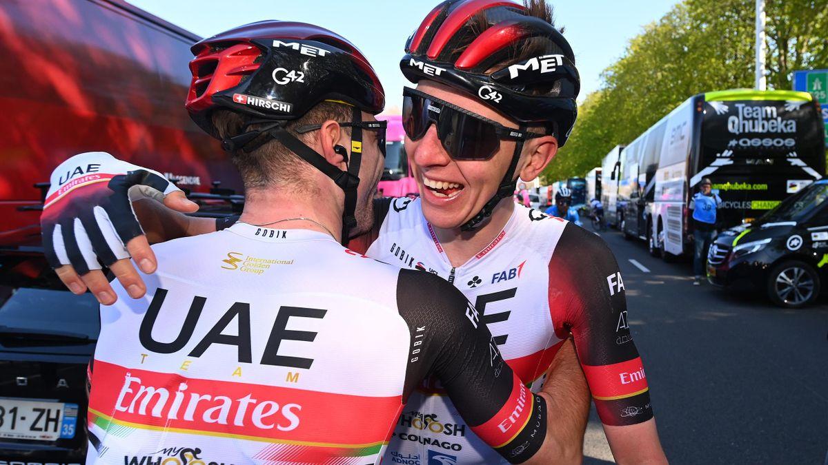 Tadej Pogacar (UAE Team Emirates) félicité par son équipier Marc Hirschi après sa victoire sur Liège-Bastogne-Liège 2021