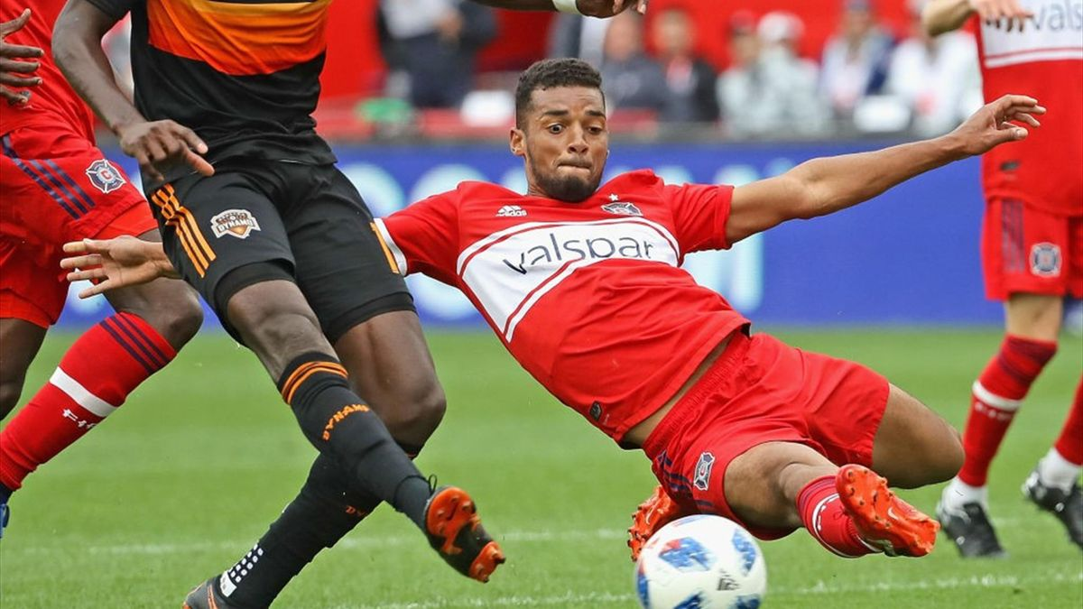 BRIDGEVIEW, IL - MAY 20: Alberth Elis #17 of the Houston Dynamo fires a shot for a goal past the diving Johan Kappelhof #4 of the Chicago Fire at Toyota Park on May 20, 2018 in Bridgeview, Illinois. The Dynamo defeated the Fire 3-2. (Photo by Jonathan Dan