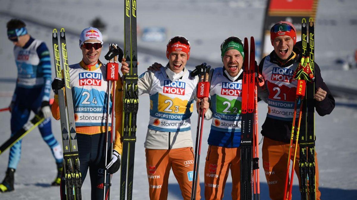 Vinzenz Geiger, Eric Frenzel, Fabian Rießle und Terence Weber (v. l. n. r.) freuen sich über ihre Silbermedaille