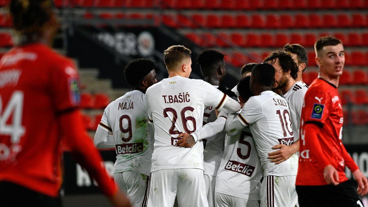 Les Girondins de Bordeaux après un but sur la pelouse du Stade Rennais
