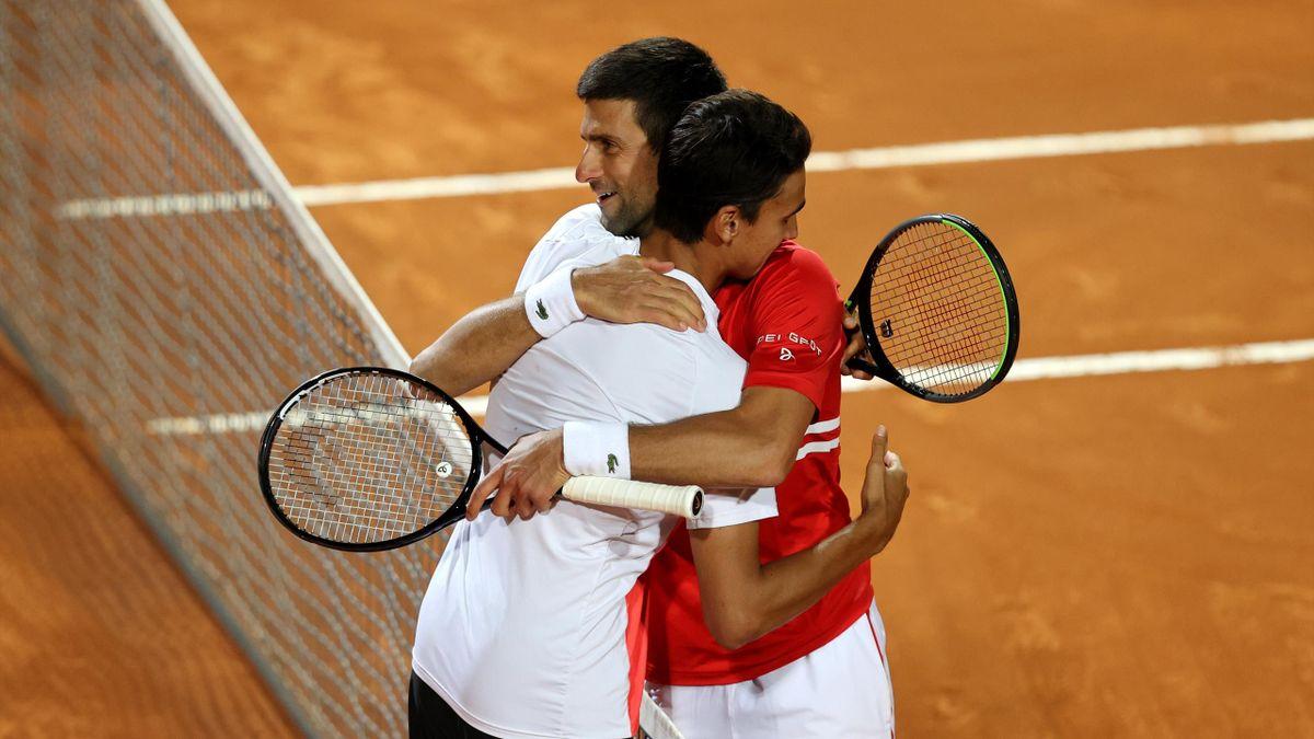 L'abbraccio finale tra Djokovic e Sonego
