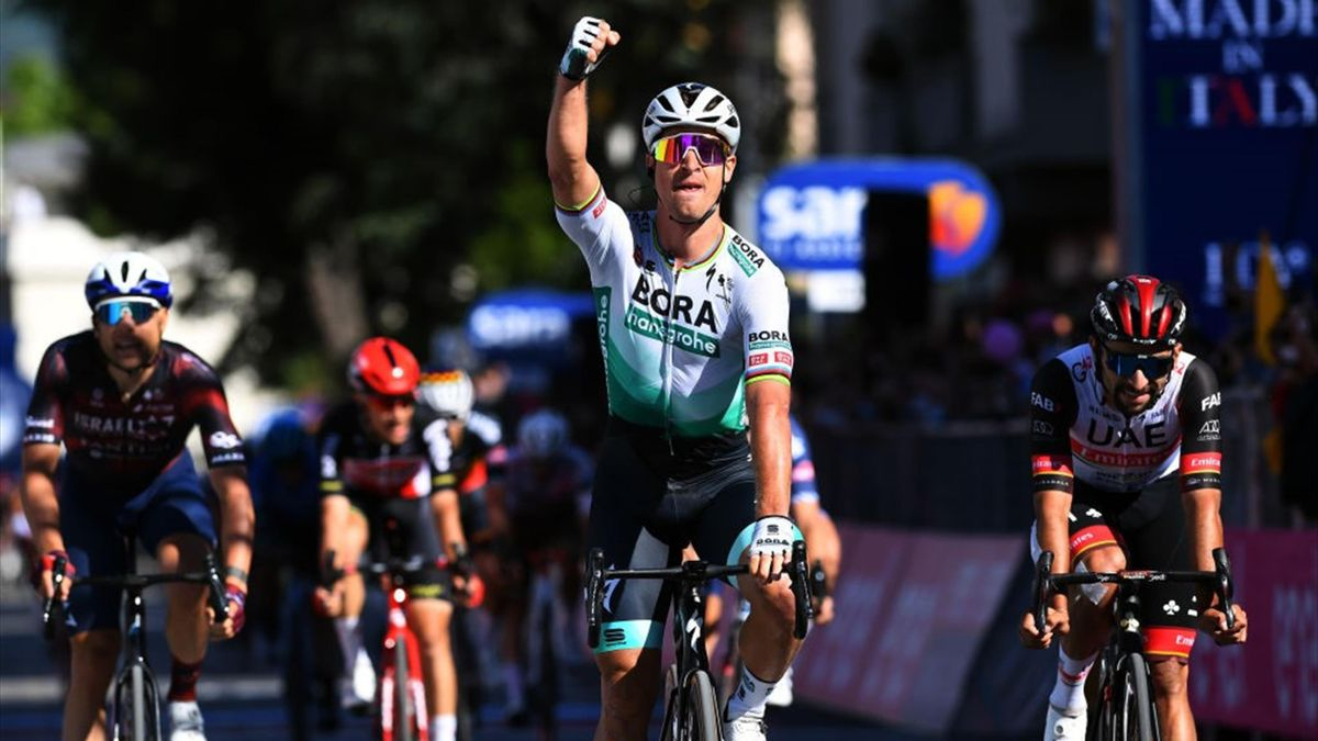 Peter Sagan vince sul traguardo di Foligno - Giro d'Italia 2021