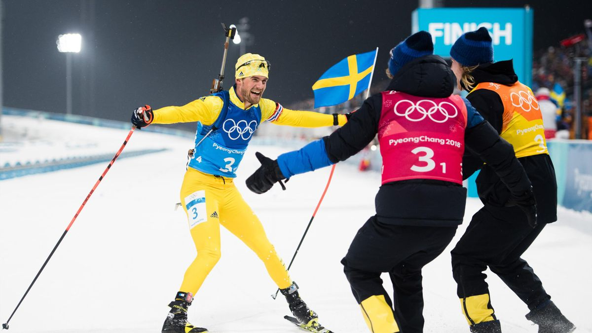 Fredrik Lindström firar sitt OS-guld i skidskyttestafetten