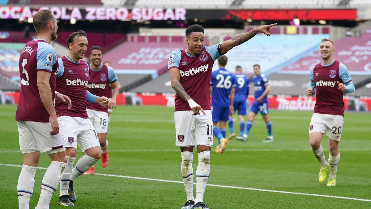 West Ham United's English midfielder Jesse Lingard (C) celebrates
