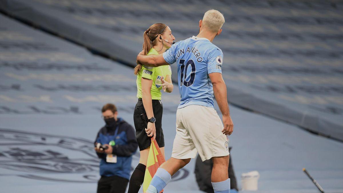 Sergio Aguero a créé la polémique avec ce geste envers l'arbitre de touche, lors de Manchester City - Arsenal
