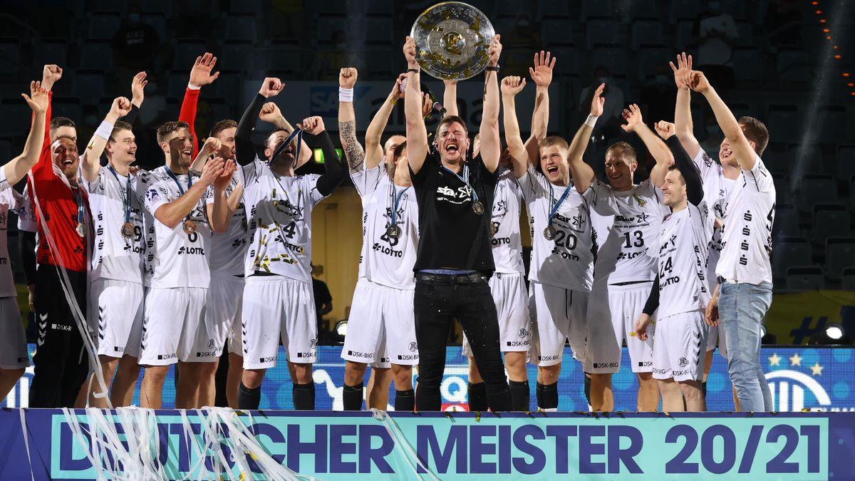 Die Mannschaft das THW Kiel reckt den Pokal in die Höhe