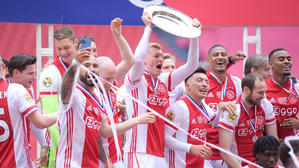 «Аякс» с чемпионским трофеем