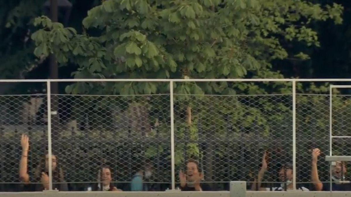 Trotz Ausgangssperre: Chile-Fans verweilen am Zaun