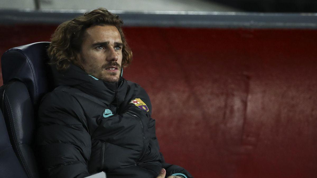 Антуан Гризманн на скамейке запасных перед матчем ЛЧ между «Барселоной» и «Боруссией Дортмунд»
