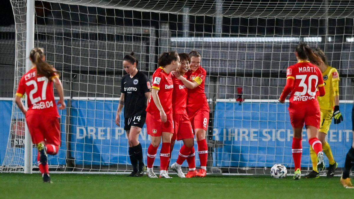 Bayer Leverkusen bejubelt den Sieg gegen Eintracht Frankfurt