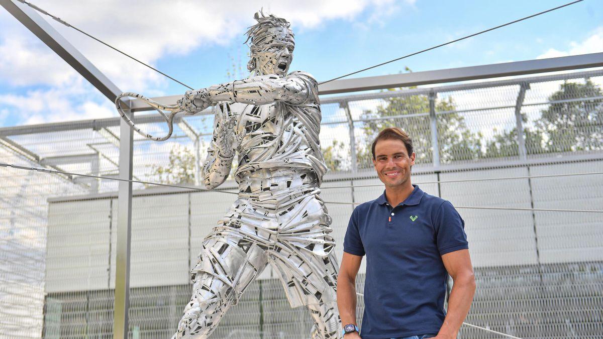 Rafael Nadal prend la pose devant sa statue, inaugurée le 27 mai 2021 à Roland-Garros.