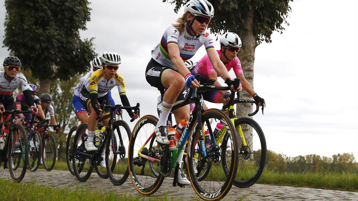 Anna van der Breggen führt das Peloton an
