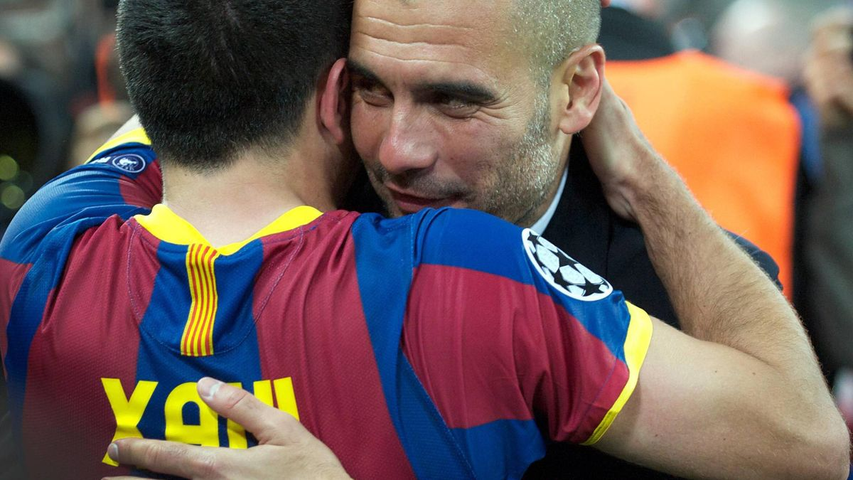 Pep Guardiola herzt Xavi Hernandez, seinen Strategen aus Barcelona-Zeiten
