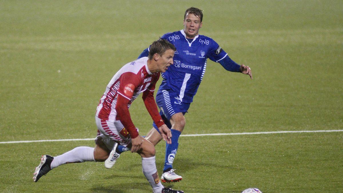 Tromsøs Thomas Lehne Olsen i duell med Sarpsborg 08s Nicolai Poulsen i kampen TIL-Sarpsborg 08 på Alfheim stadion.