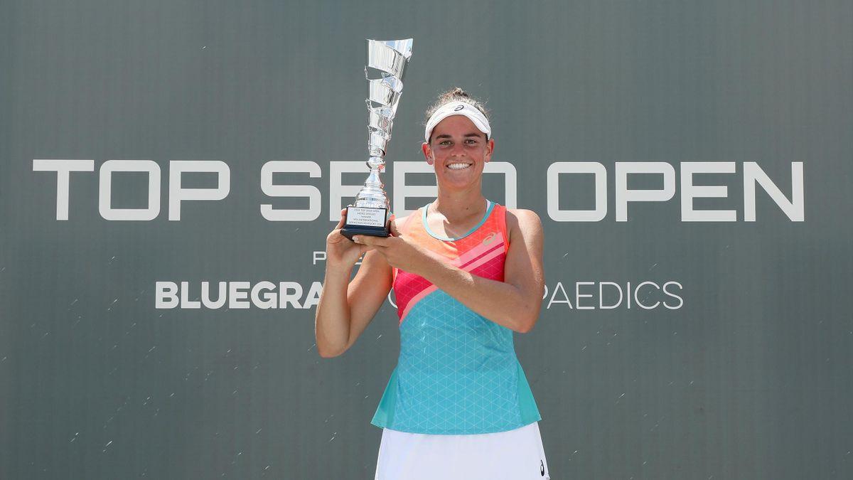 Jennifer Brady pozează cu trofeul, după ce a învins-o pe Jil Teichmann, 6-3, 6-4, în finala Top Seed Open, de la Lexington