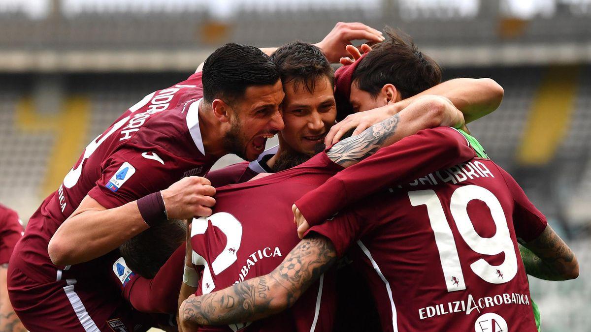 Toni Sanabria travolto dall'entusiasmo dei compagni, Torino-Roma. Getty Images